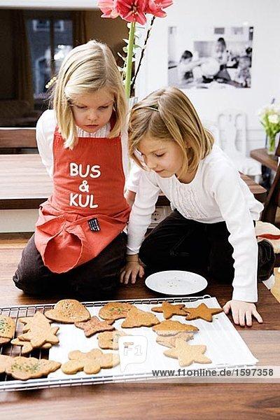 Lebkuchen backen backend backt Keks 2 Mädchen