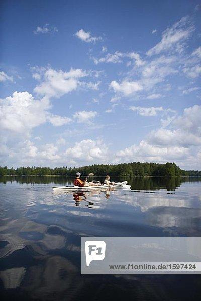 Vater und Sohn in Kanus Paddeln über See Immeln Skane Schweden.