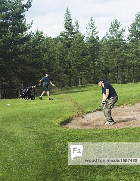 Ein Mann Golfspielen in Schweden Dalarnan.