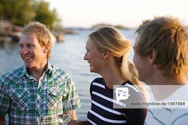 Drei glückliche Menschen Fejan Stockholm Archipel Schweden.