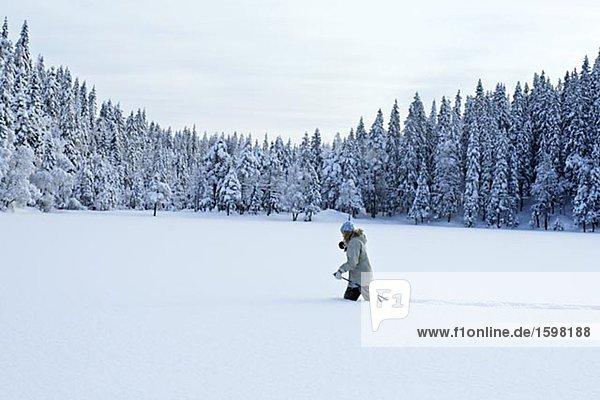 Eine Frau Skifahren im Tiefschnee.