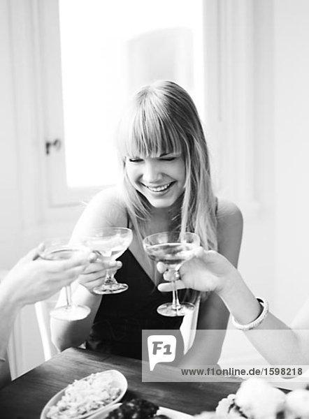 Eine skandinavische Frau trinkt Schweden.