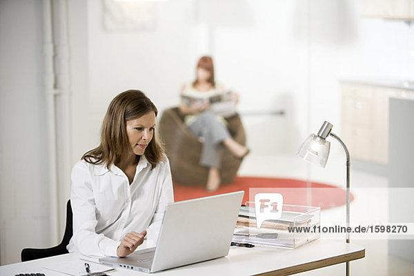 Zwei Frauen in einem Büro.