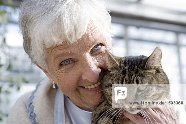 Eine ältere Frau skandinavischen und eine Katze Schweden.