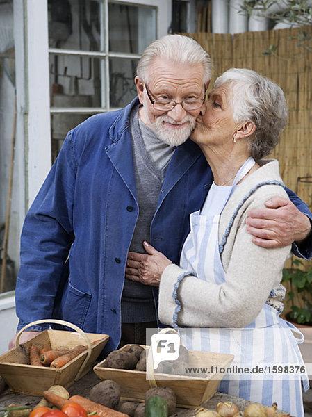 Ein älterer skandinavischen Paar mit Gemüse vor Schweden.