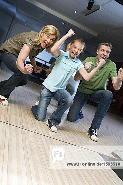 Familie in eine Bowlingbahn.