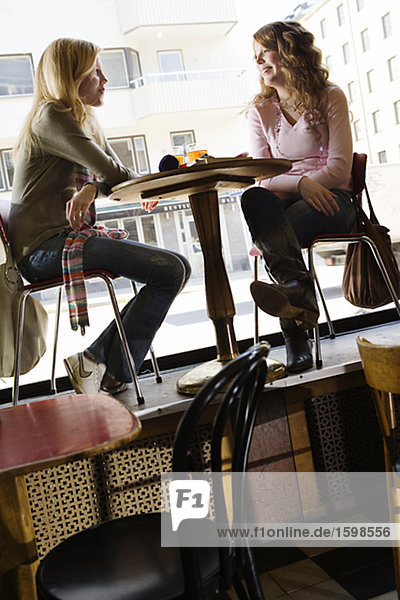 Zwei Teenager in einem cafÈ