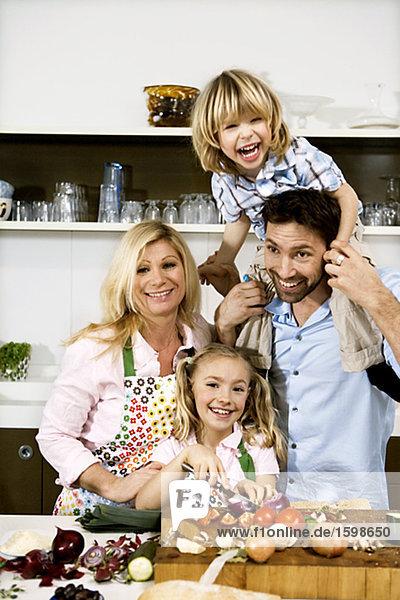 Eine Familie Kochen Abendessen zusammen.