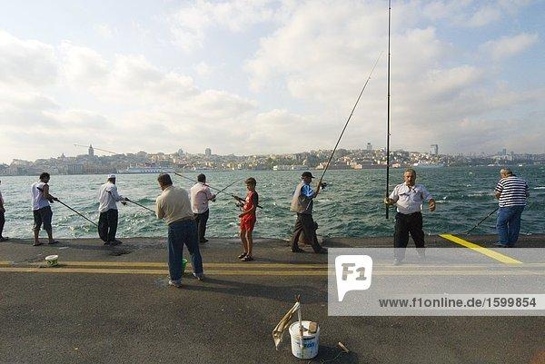 Gruppe von Menschen Angeln in Straits  Bosphorus  Istanbul  Türkei