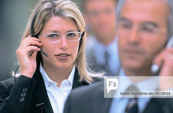 Zwei Führungskräfte sprechen auf Handys