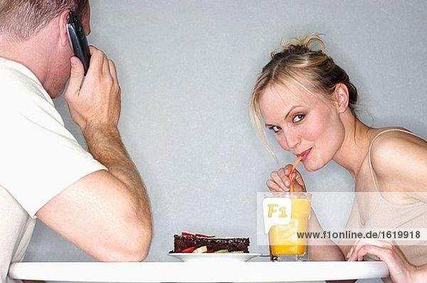 Handy Frau Mann sprechen Kurznachricht trinken Saft