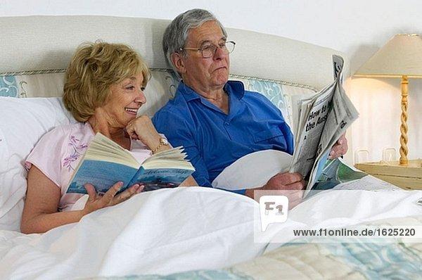 Alte Leute,Ausruhen,Bauwerk,Bett,Brille