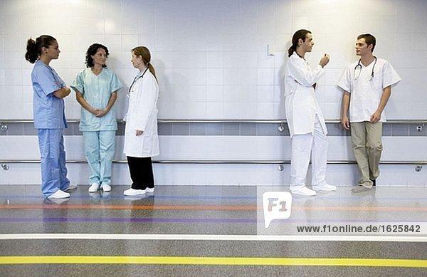 Ärzte und Krankenschwestern in der Abteilung Medizinische Bildgebung zur Diagnose