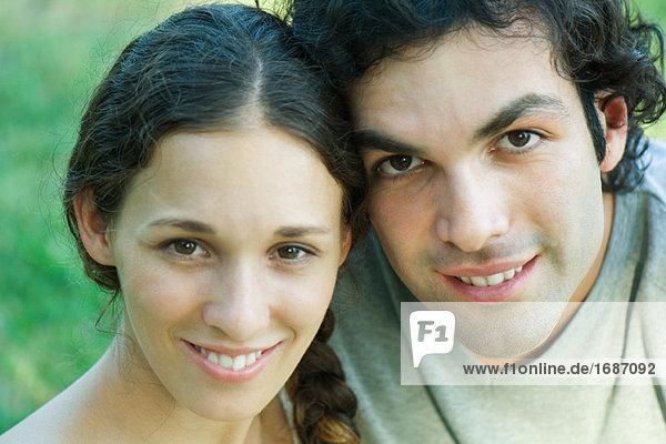 Paar Lächeln in die Kamera  Portrait  Nahaufnahme  Kopf und Schultern