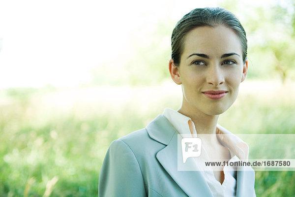 Geschäftsfrau stehen im Freien  Kopf und Schultern  Lächeln  portrait
