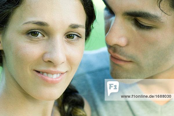 Paar  Frau Lächeln in die Kamera  Nahaufnahme