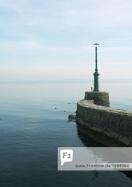 Stein Wellenbrecher mit Leuchtturm