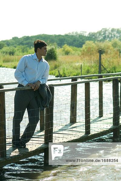 Kaufmann stehend auf footbridge