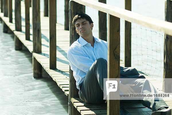 Kaufmann sitzen auf Fußgängerbrücke  entspannend