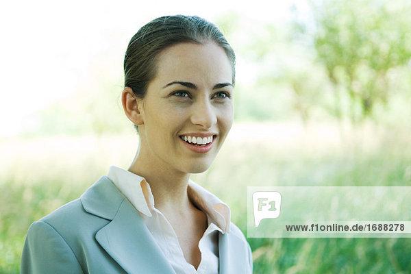 Geschäftsfrau Lächeln  Außenaufnahme  portrait