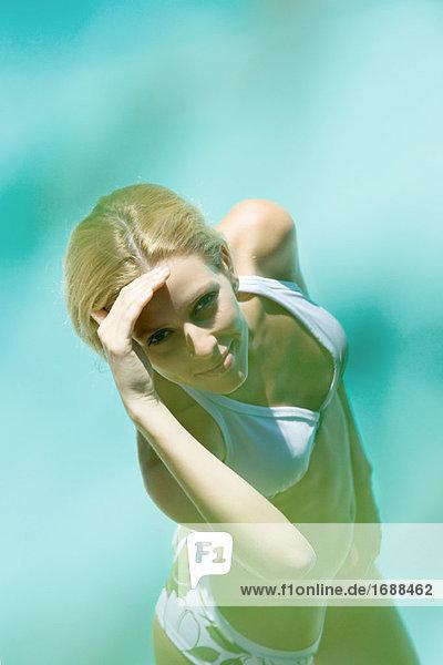Junge Frau im Bikini  Schattierung Augen  Blick in die Kamera