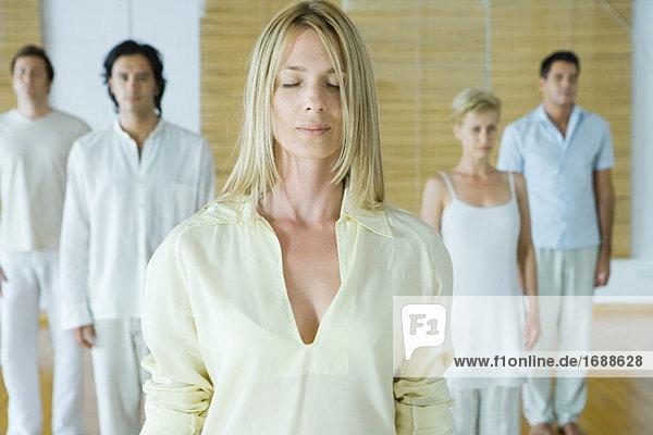 Gruppe Meditation  Erwachsene mit geschlossenen Augen ständigen