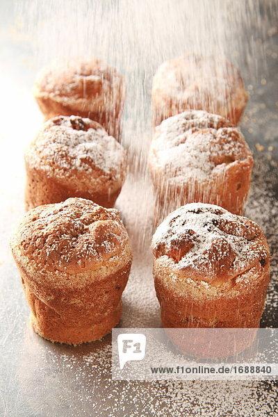 Zucker versprühen auf muffins Zucker versprühen auf muffins