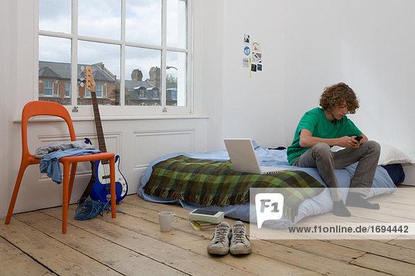 Teenager-Junge mit Handy