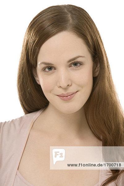 Porträt einer jungen Frau mit Blick auf die Kamera