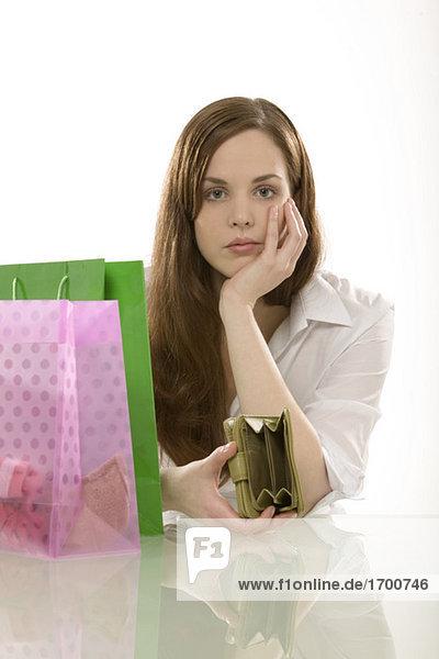 Junge Frau mit Einkaufstüten  Denken  Portrait