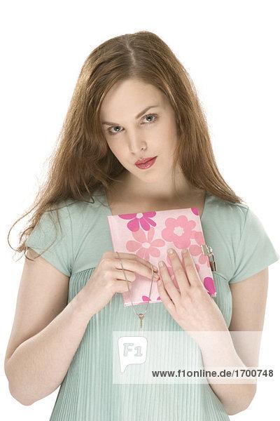 Junge Frau mit Buch in Händen  Portrait