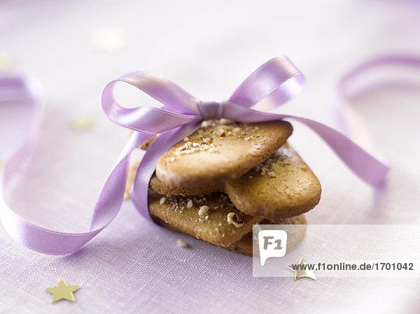 Kekse mit rosa Geschenkband  Nahaufnahme