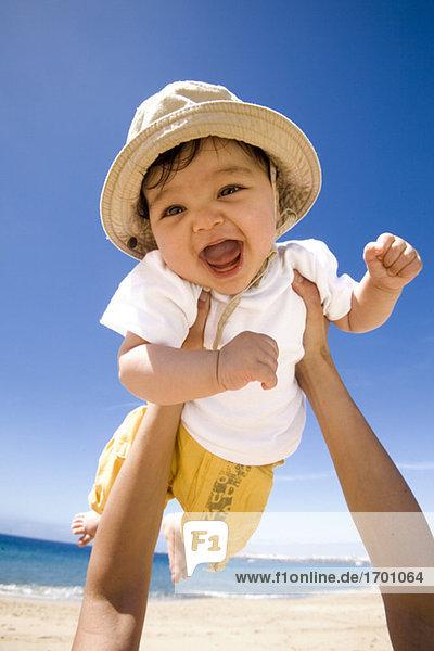 Hände halten Baby (6-9 Monate) in die Luft  Portrait