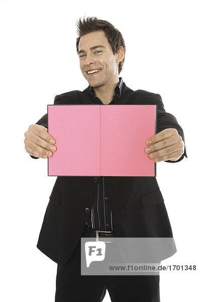 Mann mit rosa Notizbuch  Nahaufnahme