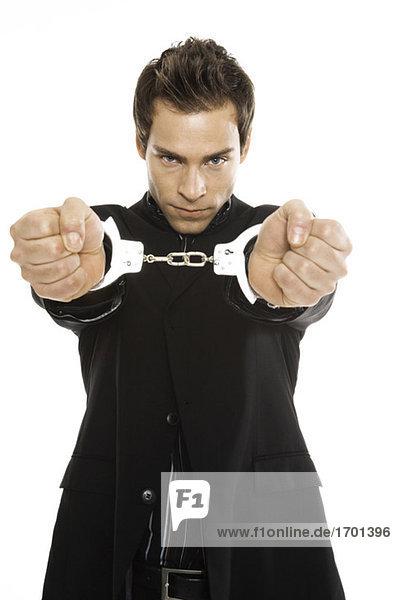 Junger Mann mit Handschellen  Nahaufnahme