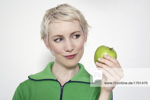 Junge Frau mit Apfel  Portrait