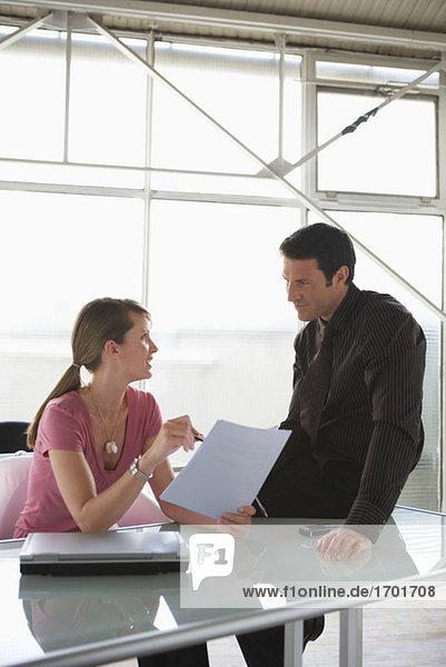 Geschäftsfrau und -mann  Geschäftsgespräch  Teamarbeit