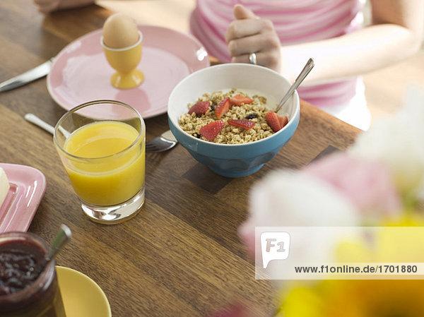Frühstück mit Cerealien und Orangensaft