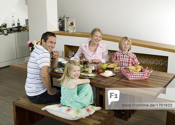 Familie am Frühstückstisch