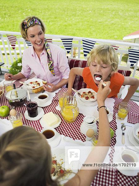 Mutter und Kinder am Frühstückstisch