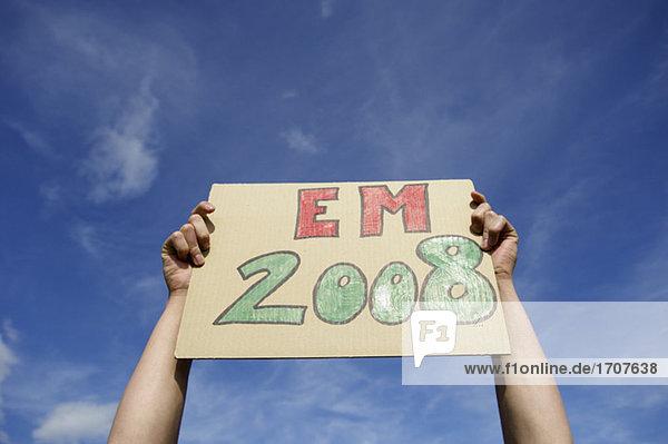 Schild mit der Aufschrift EM 2008 wird hochgehalten  fully_released
