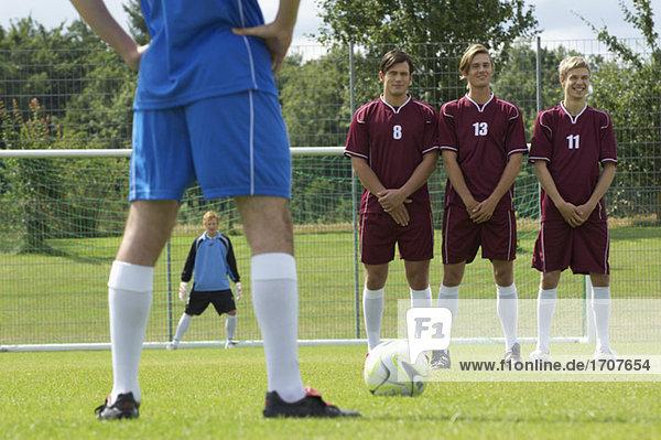 Freistoßsituation beim Fußball  fully_released
