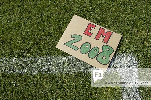 Schild mit der Aufschrift EM 2008 liegt auf dem Rasen  fully_released