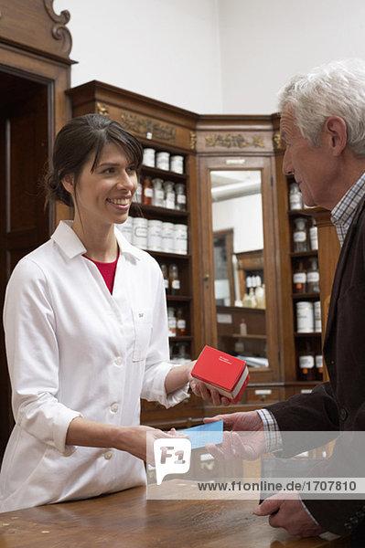 Kunde bezahlt Medikament in einer Apotheke  fully_released