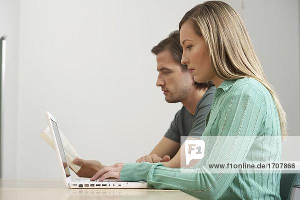 Ein Paar arbeitet an einem Laptop  fully_released