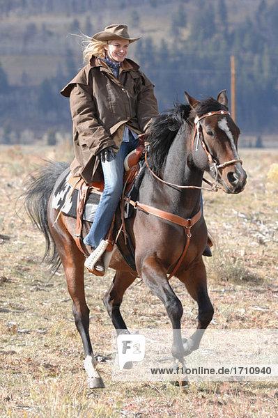Cowgirl auf dem Lande