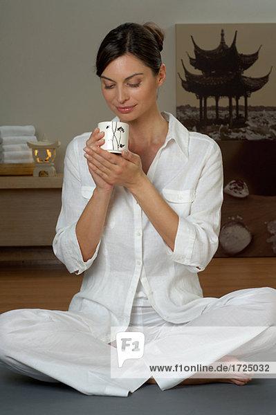 Frau mit Tee Becher