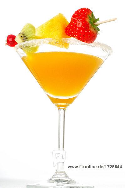 Cocktail mit Fruchtspiess Cocktail mit Fruchtspiess