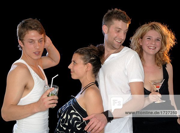 Gruppe junger Leute mit Cocktails