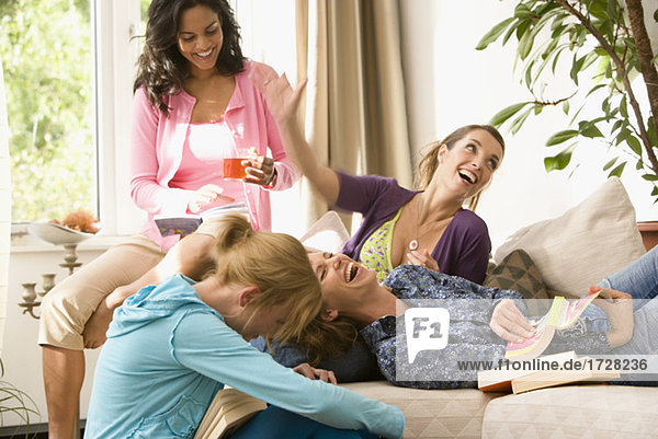 Lachende Frauen in Buch-club